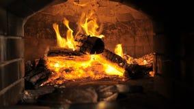 Kochen des Steaks in einem Feuerofen stock footage