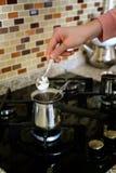 Kochen des türkischen Kaffees im Topf Stockfotografie