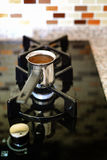 Kochen des türkischen Kaffees im Topf Lizenzfreie Stockfotos