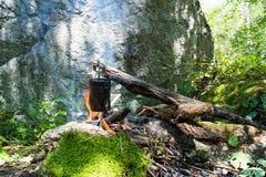 Kochen des Topfes auf dem Lagerfeuer während des Wanderns stockfoto