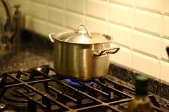 Kochen des Topfes auf dem Ofen Lizenzfreie Stockfotografie