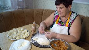 Kochen des traditionellen Lebensmittels stock video