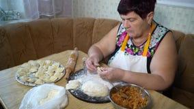 Kochen des traditionellen Lebensmittels stock footage