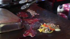 Kochen des Walfleisches am Fischmarkt in Bergen stock video