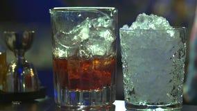 Kochen des Weinbrands mit Eis stock footage