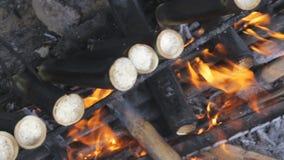Kochen des Zuckerrohrs auf Holzkohle stock video footage