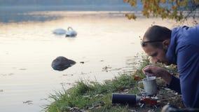 Kochen durch den See stock footage