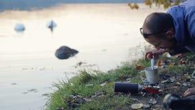 Kochen durch den See stock video footage