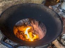 Kochen durch Feuer lizenzfreie stockbilder