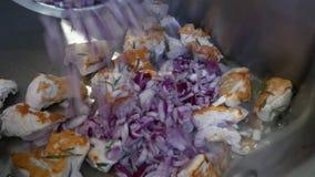Kochen in einem Berufsbratrost stock footage