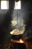 Kochen in einem Topf über Lagerfeuer stockfotografie