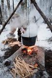 Kochen in einem Topf auf dem Feuer Lizenzfreie Stockfotografie