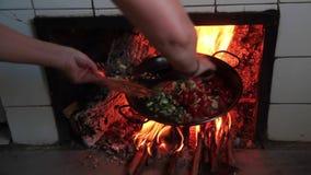Kochen einer Paella stock video footage