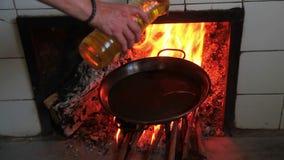 Kochen einer Paella Erste Prozesse stock video footage