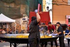 Kochen einer riesigen Paella, traditionelles Valencian Lebensmittel Stockbilder