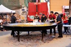 Kochen einer riesigen Paella, traditionelles Valencian Lebensmittel Stockbild