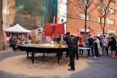 Kochen einer riesigen Paella, traditionelles Valencian Lebensmittel Stockfotografie