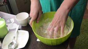 Kochen eines Kuchens der Kekskrumen und des Milchgelees Auf der Oberfläche der Tabelle sind die Bestandteile und die Kochgeräte stock video footage