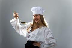 Kochen, essend, Studie Mädchen mit einem Schöpflöffel, wenn Hut gekocht wird lizenzfreies stockfoto