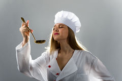 Kochen, essend, Studie Mädchen mit einem Schöpflöffel, wenn Hut gekocht wird lizenzfreie stockfotos