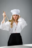 Kochen, essend, Studie Mädchen mit einem Schöpflöffel, wenn Hut gekocht wird lizenzfreie stockbilder