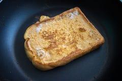 Kochen für einen französischen Toast Lizenzfreie Stockfotografie