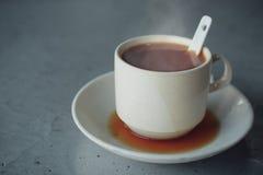 Kochen heiß mit Milchtee des Rauches heißem populäres Getränke lizenzfreie stockfotografie