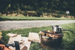 Kochen im Freien Stockfotos