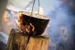 Kochen im Großen Kessel auf finnischer Kerze lizenzfreies stockfoto