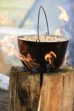 Kochen im Großen Kessel auf finnischer Kerze stockfoto