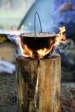 Kochen im Großen Kessel auf finnischer Kerze lizenzfreies stockbild