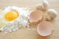 Kochen ingrediant, Mehlgrieß, Bioeier, Pilze Stockfoto