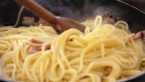 Kochen italienischen Spaghettis carbonara Rezepts stock video footage