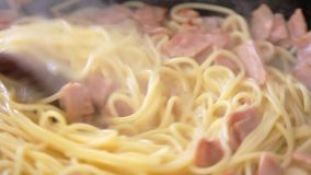 Kochen italienischen Spaghettis carbonara Rezepts stock footage