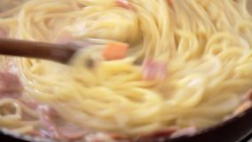 Kochen italienischen Spaghettis carbonara Rezepts stock video