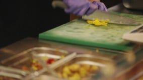 kochen Küche Ein Restaurant die Verteilungslinie stock video