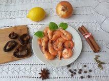 Kochen mit Garnelenzwiebel-Pilze Shiitake Lizenzfreies Stockbild