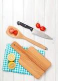 Kochen mit Tomaten und Zitronen Ansicht von oben Stockfoto