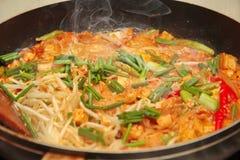Kochen, populäre thailändische gebratene Nudelanruf Auflage Tai lizenzfreie stockfotos