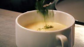 kochen Sahnesuppe in einer Schüssel auf weißem Hintergrund Küche Ein Restaurant Verteilungslinie stock footage