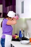 Kochen Sie das Abwischen ihrer Braue, wie sie oben sich waschen tut Stockbild