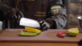 Kochen Sie das Hacken, mit Grün des scharfen Messers und gelber grüner Pfeffer und Kalk auf dem hölzernen Brett, zum des Salats i stock video footage