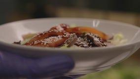 Kochen Sie den asiatischen Salat von den Reissuppennudeln mit Sojasoße stock video