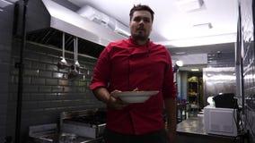 Kochen Sie die Mahlzeit herausnehmen den Kunden stock video footage