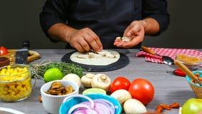 Kochen Sie die Zubereitung von köstlichen mexikanischen Tacos mit Fleisch und Gemüse an der Küche Geschmackvolle mexikanische Küc lizenzfreies stockfoto