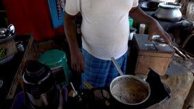 Kochen Sie die Zubereitung von masala Tee stock video footage
