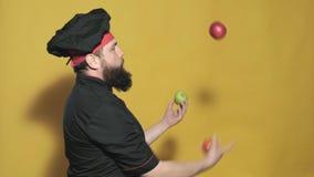 Kochen Sie in einem schwarzen Anzug auf einem gelben Hintergrund stock video