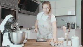 Kochen Sie Frau bricht Eier Kuchenkochen stock footage