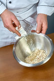 Kochen Sie Gelatine in einer Schüssel voll Rezepten für das Essen des Gelees mit Huhn Stockfotos