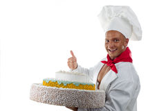 Kochen Sie lächelnden jungen Mann und einen großen Kuchen stockfoto